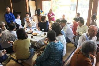 「若年性認知症の集い」には、近隣住民や医師・介護職など様々な人が集まった