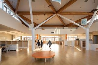 東川小学校の校舎内。廊下側に面する壁がすべての教室になく、開放的な空間で授業を受けられる