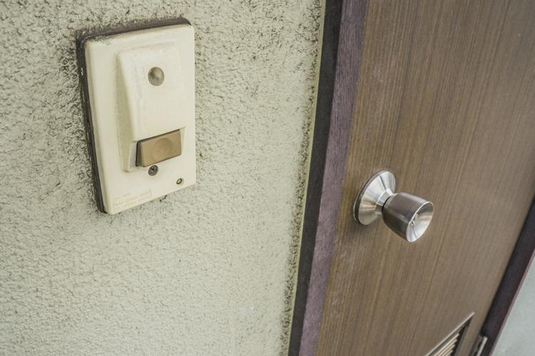 孤独死の現場は古いアパートに限らないという(イメージ)