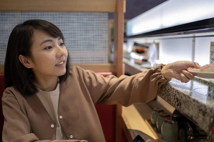 回転寿司店はどうやって儲けを出しているのか(イメージ。Getty Images)