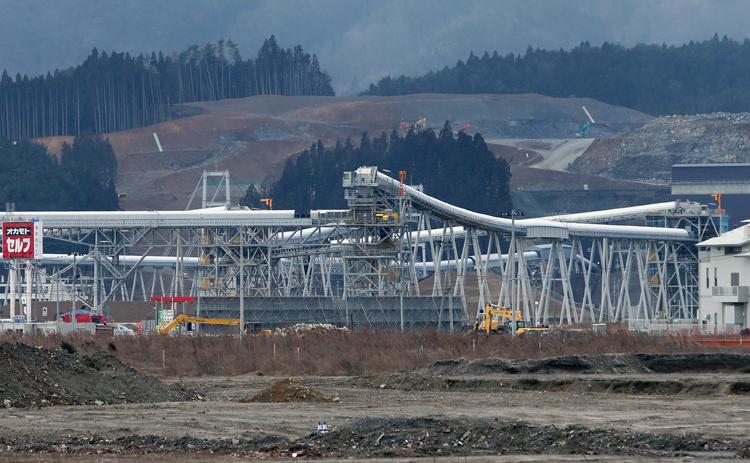 """陸前高田市では被災地最大の""""台地建設""""が行なわれているが…(写真:時事通信フォト)"""