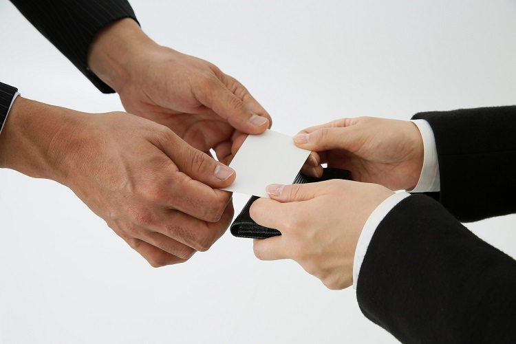 法人・個人での利用が進む「名刺管理アプリ」の思わぬ弊害も(イメージ)