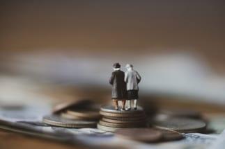「老後資金2000万円不足問題」の本質は、老後が長すぎること