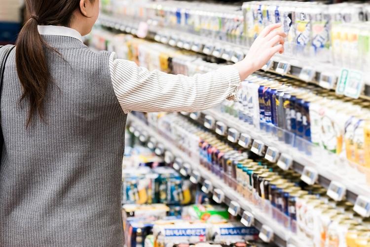 ストロング系チューハイは、スーパー・コンビニの定番商品となっている