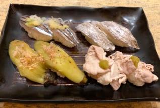 廻転寿司CHOJIROの「きびなごにぎり」(180円)、「太刀魚にぎり」(360円)、「黒豚しゃぶ柚子胡椒」(260円)、「焼きなすにぎり」(180円)