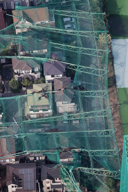 ゴルフ練習場の倒壊で近隣住宅は大きな被害を受けた(写真:時事通信フォト)