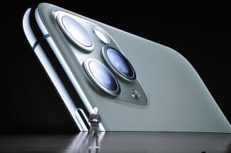 「新作iPhone頼み」の現状とは(「iPhone11」を発表するアップルのクックCEO。写真:時事通信フォト)