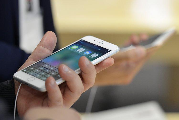 なぜ今、iPhone8が人気に?(写真:AA/時事通信フォト)