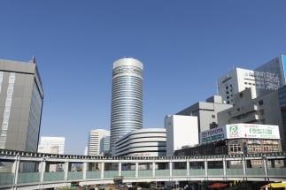 新横浜の駅前の目立つ円筒形のビルは新横浜プリンスホテル