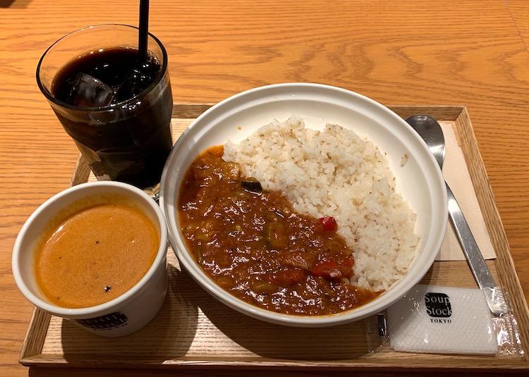 カレーとスープのセット。カレーは「7種の野菜のラタトゥイユカレー」と、スープは「オマール海老のビスク」