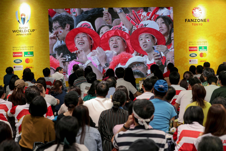 多くのファンが釘付けになったパブリックビューイングの「大型ビジョン」(AFP/時事)