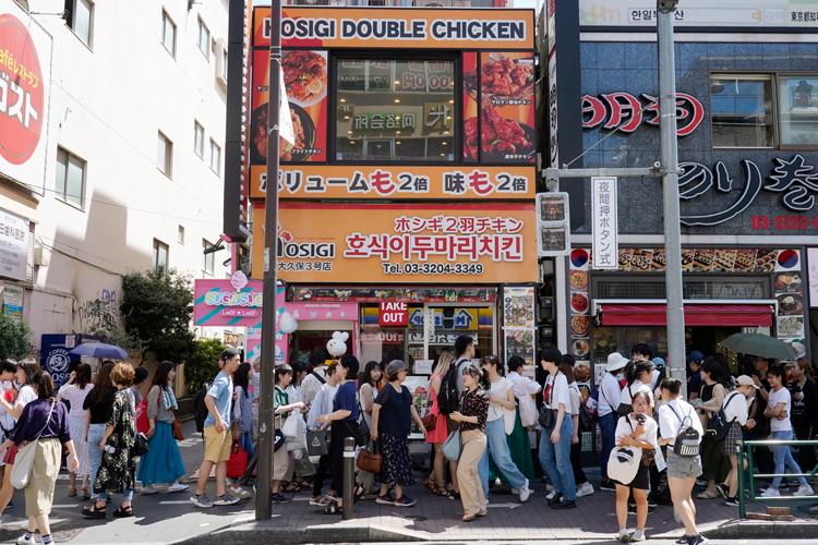 日本一のコリアタウンである東京・新大久保は平日も買い物客が多い(写真:時事通信フォト)