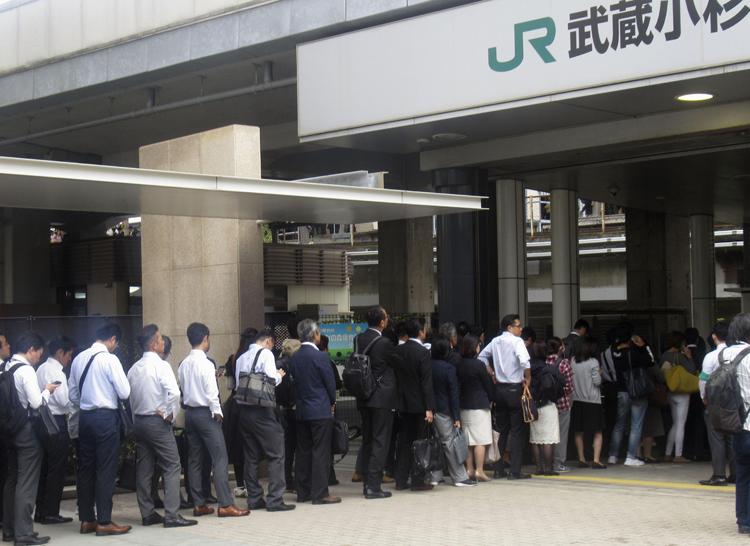 通勤通学時には長蛇の列ができる武蔵小杉駅(共同通信社)