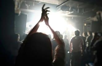 """""""特典券""""は主にアイドルのライブ会場で販売される(イメージ)"""