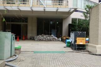 被災マンションの入り口には土嚢が積まれた