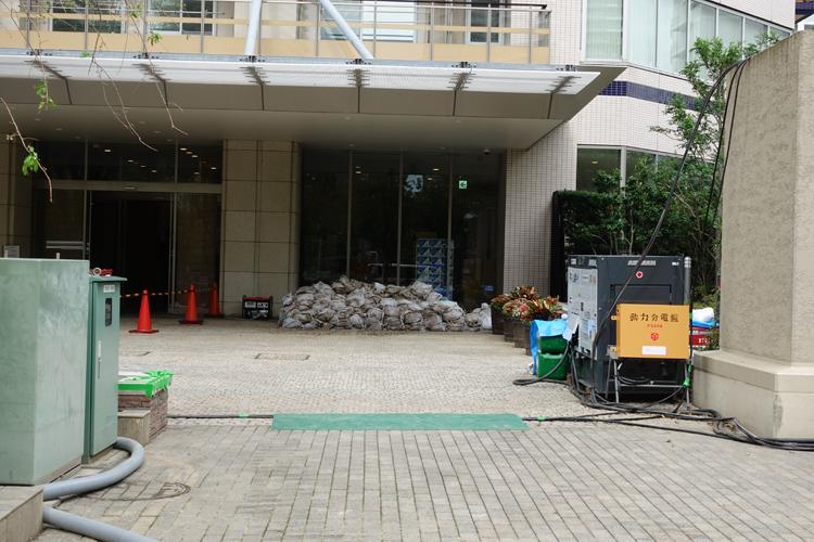 武蔵小杉の被災マンションの入り口には土嚢が積まれた