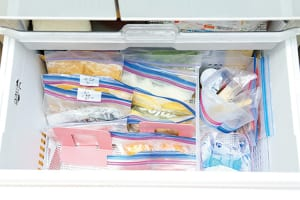野菜や作りおきのおかずは、保存袋に詰めて冷凍保存