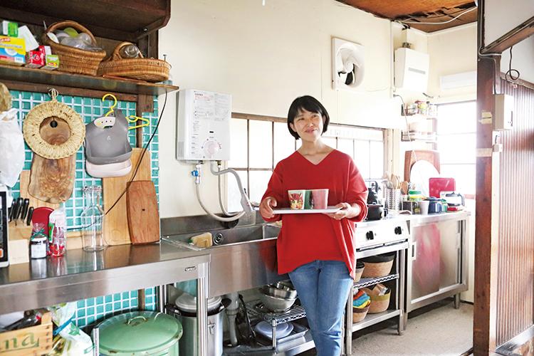 """元シェフらしい料理道具使いの""""技""""も教えるタサン志麻さん"""