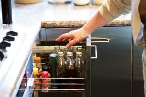 液体調味料は空いた酒瓶に移し替えて統一