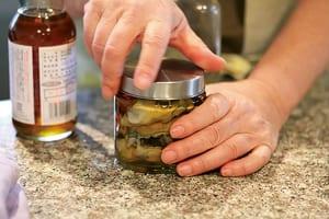 自家製のオイル漬けやだしは、100均のガラス容器に保管