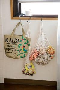 窓際のS字フックに袋をかけ、根菜や買い物直後の食材の一時置き場に