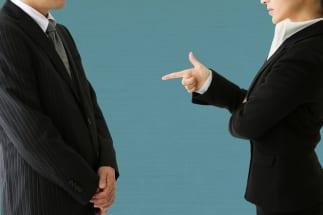 被害者が語る職場のいじめのリアル 加害者に共通する傾向とは?