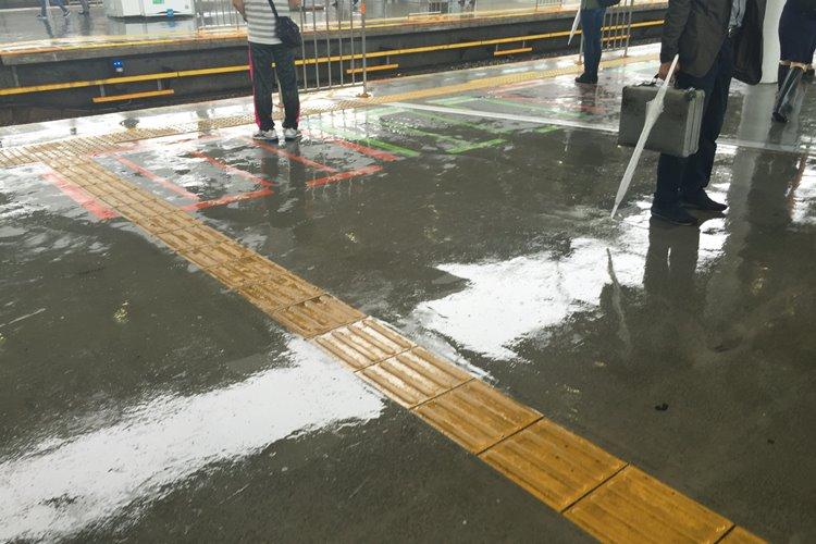 台風の時に社員は帰宅しバイトだけ会社に残される理不尽…(イメージ)