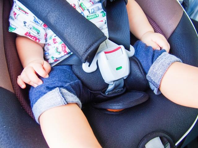 チャイルドシートを装着せず小さい子供を乗せるのは違反です(写真はイメージ)