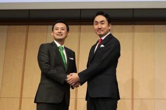 ヤフーとLINEの共同記者会見(写真:時事通信フォト)