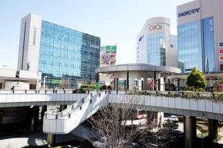 駅前には多くの商業施設が並ぶ(溝の口駅前)