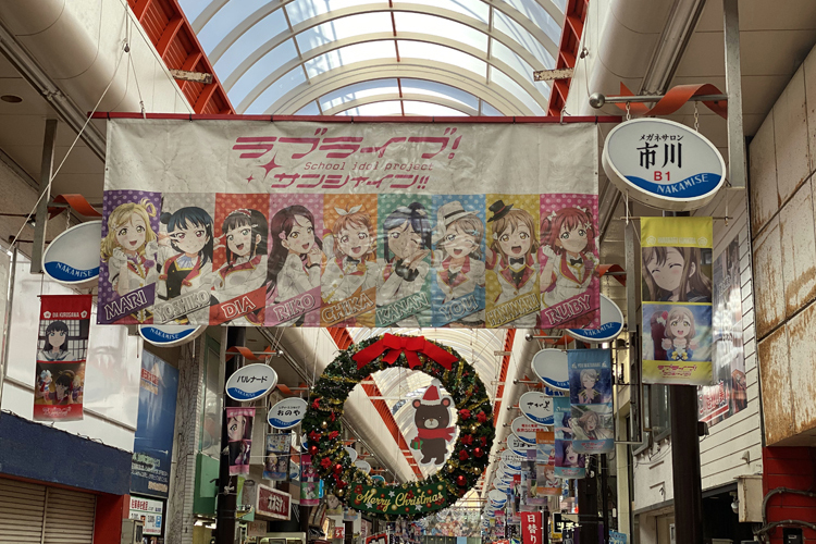 沼津市の商店街には大きなタペストリーが