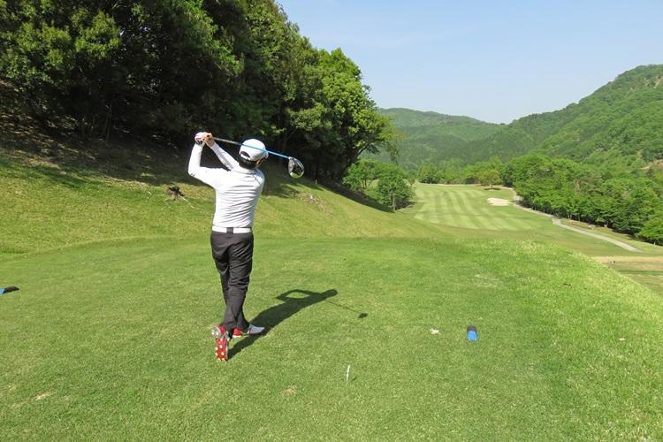 お金持ちが趣味でゴルフをする効用は?(イメージ)