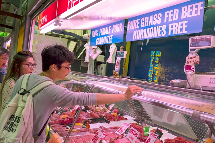 アメリカの精肉売り場では、「HRMONES FREE(肥育ホルモン剤不使用)」と表示された牛肉が人気(Getty Images)