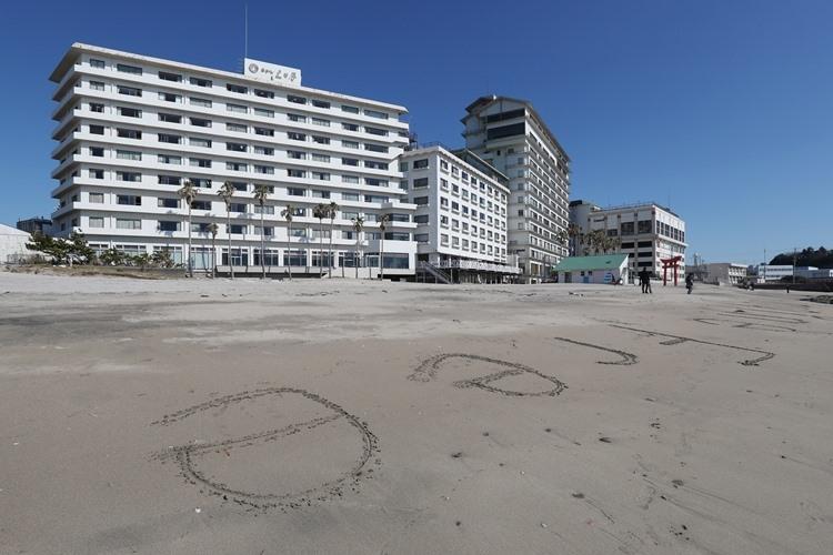 「ホテル三日月」に滞在する帰国者を勝浦市民は励まし続けた(写真:時事通信フォト)