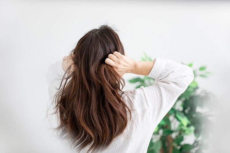 白髪が気になり始めたらどう対処する?(イメージ)