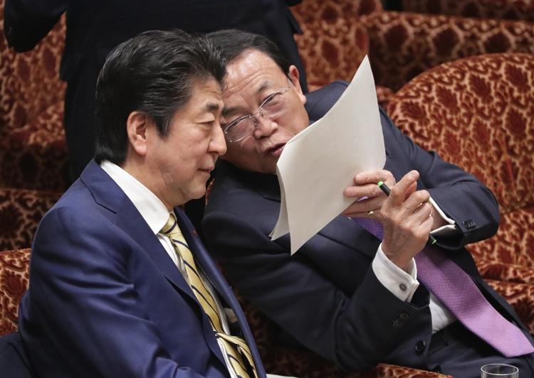 安倍首相と麻生財務相は日本経済をどう舵取りするのか(写真:時事通信フォト)