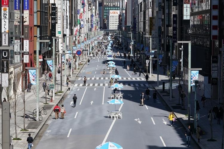 コロナ蔓延後の社会をどう生きるか(閑散とする銀座の歩行者用道路。写真:時事通信フォト)