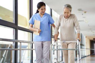 再就職に役立つ介護系の注目資格は?(イメージ。写真:アフロ)