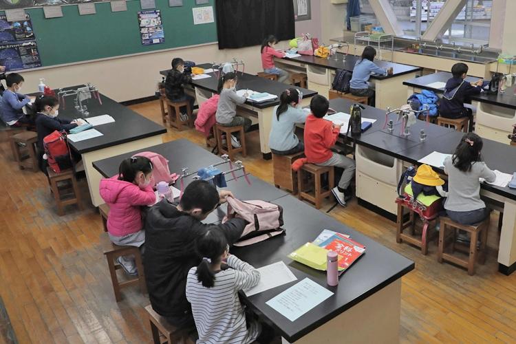 臨時休校に合わせ、校内を開放して児童を預かる小学校も(写真:時事通信フォト)