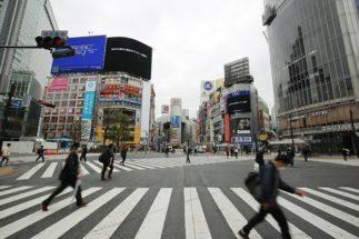 「不要不急の外出は控えて」という都知事からの要請後、週末の都内は閑散(3月28日、渋谷駅前。時事通信フォト)