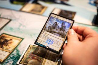 トレーディングカードゲーム愛好家たちの楽しみ方(世界的に人気の『マジック:ザ・ギャザリング』。dpa/時事通信フォト)