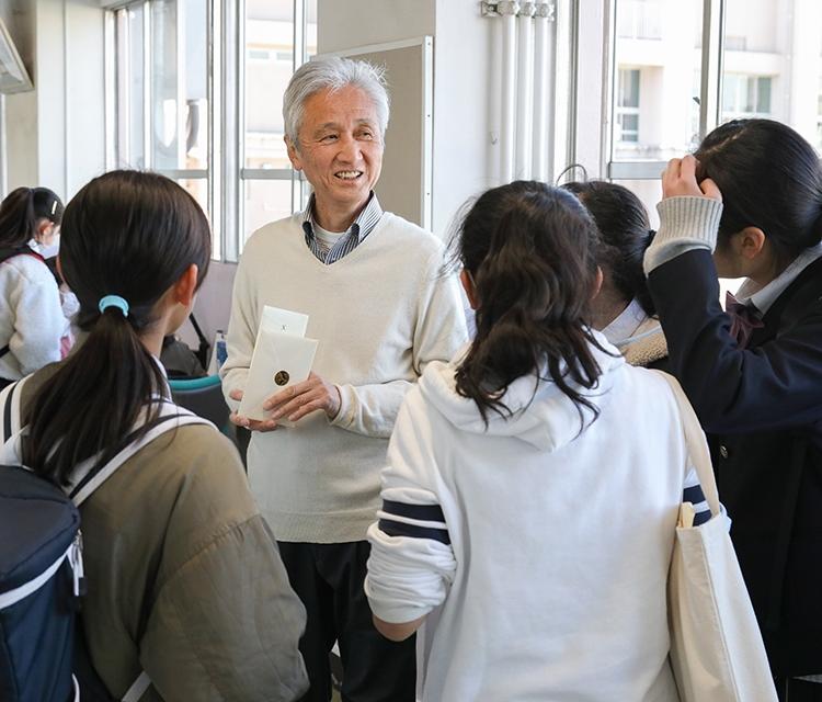 終業日、退職する西郷さんに、手紙や花、プレゼントを贈る生徒が本当に多かった