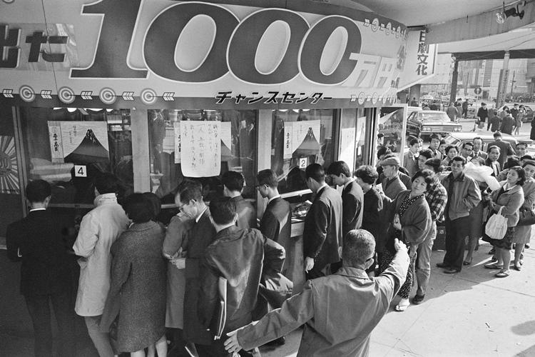 一攫千金の夢を求める長い行列(写真は1968年当時。時事通信フォト)