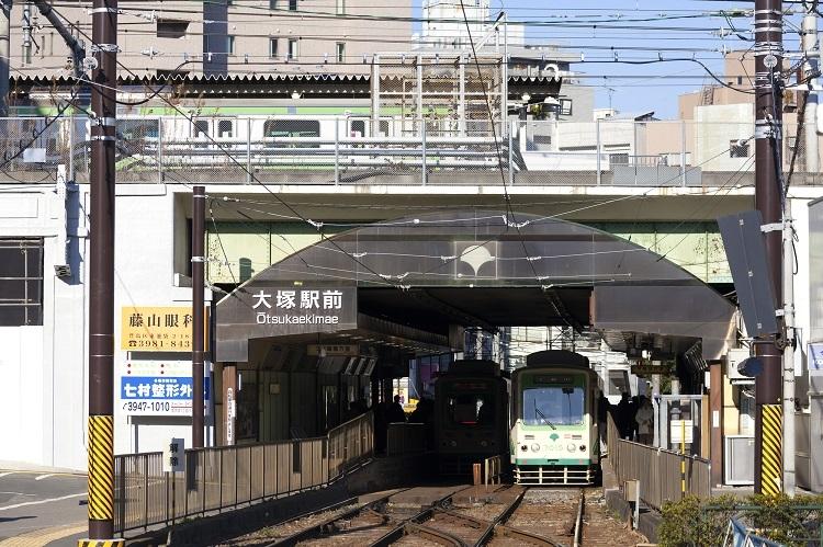 大塚駅ではJR山手線と都電が交差