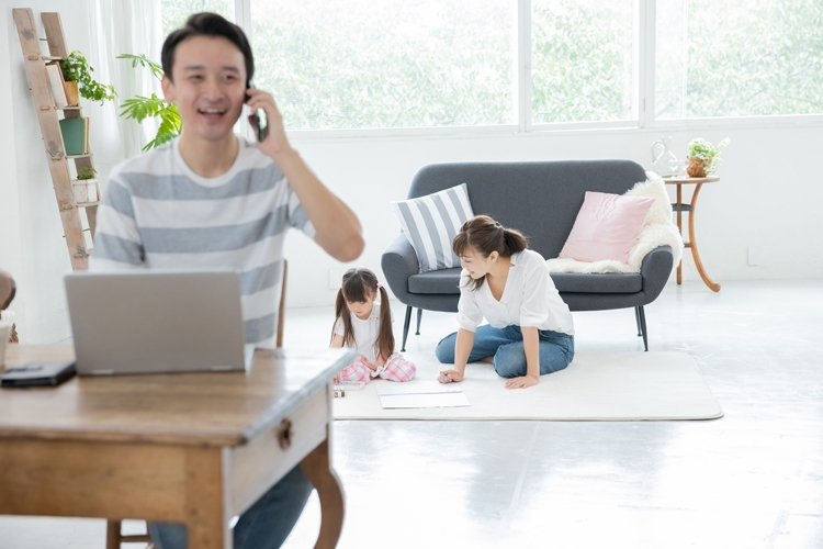 リビングでの在宅勤務が不仲の原因のひとつに?(イメージ)
