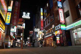 夜の街も閑散としている(緊急事態宣言後の渋谷のセンター街。写真:時事通信フォト)