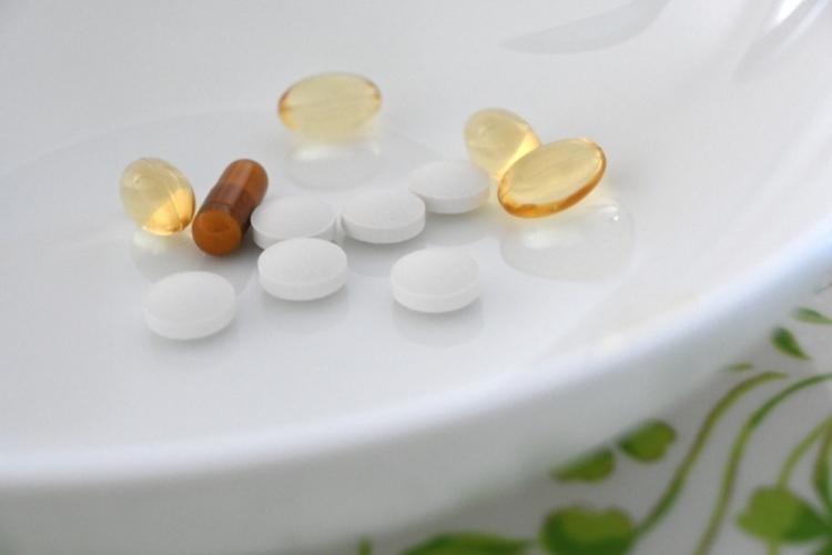 多種類のサプリや市販薬を常用し続けるのは避けたい(イメージ)