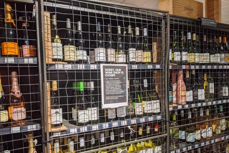 ロックダウン中は酒の販売も禁止され、群衆に襲われる専門店もあったという