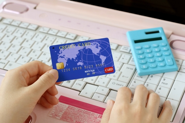 外出自粛でネットショッピングをする人は増えているが…(イメージ)