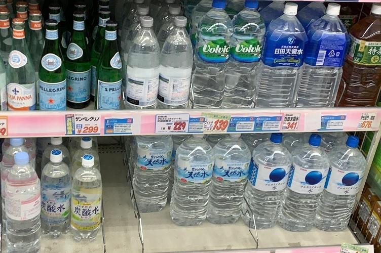 2リットルサイズのペットボトルを買うようになったという人は少なくない(イメージ)